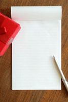 プレゼントと手紙 11017001687| 写真素材・ストックフォト・画像・イラスト素材|アマナイメージズ