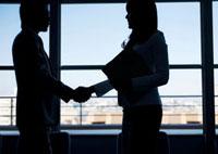 握手をしているビジネスマンとビジネスウーマン 11017001922| 写真素材・ストックフォト・画像・イラスト素材|アマナイメージズ