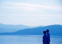 湖を旅行で訪れたシニア夫婦