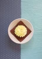 白い和食器に置いた黄色い花