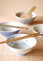 白と青の茶碗に置いた箸