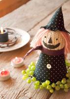 ハロウィンの人形と皿に置いたキャンドル