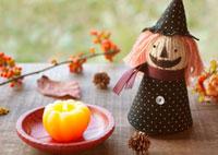カボチャのキャンドルとハロウィンの人形