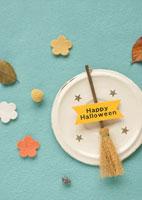 ハロウィンのほうきと秋の落ち葉
