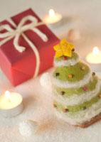 フェルトのツリーと赤いクリスマスプレゼント 11017002340  写真素材・ストックフォト・画像・イラスト素材 アマナイメージズ