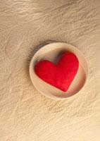 白い皿に置いた赤いハートのクラフト 11017002368  写真素材・ストックフォト・画像・イラスト素材 アマナイメージズ