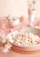 桜の花とピンクの雛あられ