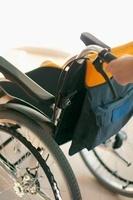 車椅子を押す手元