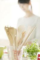 キッチンに並ぶ調理器具とハーブ 11017003202| 写真素材・ストックフォト・画像・イラスト素材|アマナイメージズ