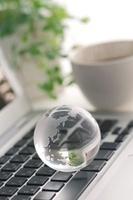 ノートパソコンとガラスの地球