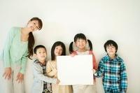 メッセージボードを持つ小学生と先生 11017003599| 写真素材・ストックフォト・画像・イラスト素材|アマナイメージズ