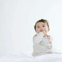 布団の上の赤ちゃん
