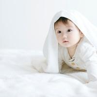 タオルを被った赤ちゃん