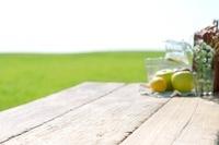 草原とテーブルの上のピクニックグッズ