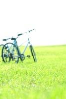 草原と自転車 11017003798| 写真素材・ストックフォト・画像・イラスト素材|アマナイメージズ
