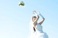ブーケを投げる花嫁