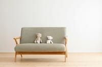 ソファーに座るクマのぬいぐるみ