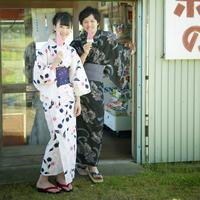 アイスを食べる浴衣姿のカップル 11017004212| 写真素材・ストックフォト・画像・イラスト素材|アマナイメージズ