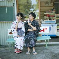 アイスを食べる浴衣姿のカップル 11017004213| 写真素材・ストックフォト・画像・イラスト素材|アマナイメージズ