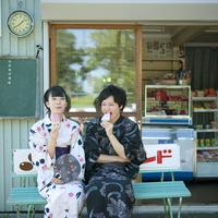 アイスを食べる浴衣姿のカップル 11017004214| 写真素材・ストックフォト・画像・イラスト素材|アマナイメージズ