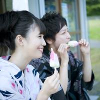 アイスを食べるカップルの横顔
