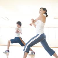 スポーツジムでストレッチをするカップル 11017004241| 写真素材・ストックフォト・画像・イラスト素材|アマナイメージズ
