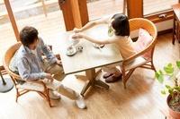 カフェで紅茶を飲むカップル