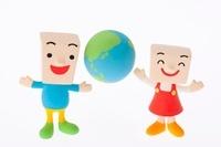 地球と子供たちのクラフト 11017004305| 写真素材・ストックフォト・画像・イラスト素材|アマナイメージズ