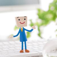 キーボードの上に立つビジネスマンのクラフト 11017004306| 写真素材・ストックフォト・画像・イラスト素材|アマナイメージズ