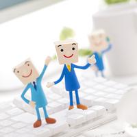 キーボードの上に立つビジネスマンのクラフト 11017004308| 写真素材・ストックフォト・画像・イラスト素材|アマナイメージズ