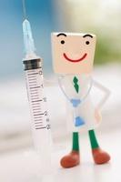 注射器と医者のクラフト 11017004310| 写真素材・ストックフォト・画像・イラスト素材|アマナイメージズ
