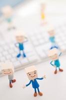 キーボードの周りに立つビジネスマンのクラフト 11017004312| 写真素材・ストックフォト・画像・イラスト素材|アマナイメージズ