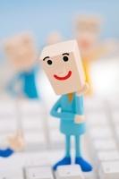 キーボードの上に立つビジネスマンのクラフト 11017004314| 写真素材・ストックフォト・画像・イラスト素材|アマナイメージズ