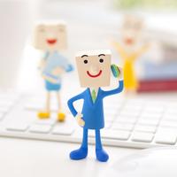 キーボードの周りに立つビジネスマンのクラフト 11017004315| 写真素材・ストックフォト・画像・イラスト素材|アマナイメージズ
