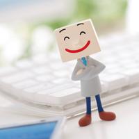キーボードの前に立つビジネスマンのクラフト 11017004325| 写真素材・ストックフォト・画像・イラスト素材|アマナイメージズ
