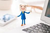 ノートパソコンの側に立つビジネスマンのクラフト 11017004332| 写真素材・ストックフォト・画像・イラスト素材|アマナイメージズ