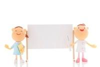 ホワイトボードの横に立つ看護師のクラフト