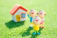 家と家族のクラフト 11017004352| 写真素材・ストックフォト・画像・イラスト素材|アマナイメージズ