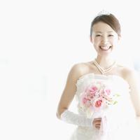 ブーケを持ち微笑む花嫁 11017004570| 写真素材・ストックフォト・画像・イラスト素材|アマナイメージズ