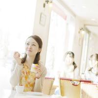 カフェでデザートを食べる女性 11017004585| 写真素材・ストックフォト・画像・イラスト素材|アマナイメージズ