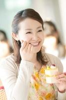 カフェでデザートを食べる女性