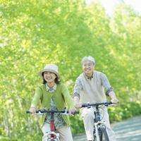 自転車に乗るシニア夫婦