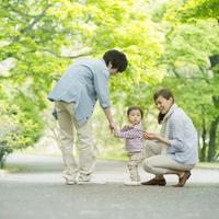 新緑の中を散歩する家族