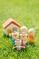 3世代家族と家のクラフト 11017004758| 写真素材・ストックフォト・画像・イラスト素材|アマナイメージズ