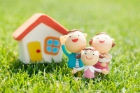 家族と家のクラフト 11017004763| 写真素材・ストックフォト・画像・イラスト素材|アマナイメージズ