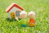 シニア夫婦と家のクラフト