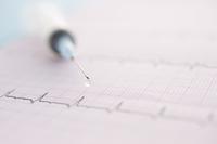 心電図のグラフと注射器