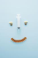 注射器とサプリメントで作った顔