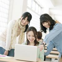 ノートパソコンを見る大学生