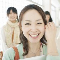 廊下で微笑む女性